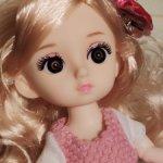 Шарнирная куколка с пышной прической, в одежде