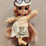 Шарнирная куколка Karli на суперсовременном теле с поворотом в талии и магнитами на стопах.