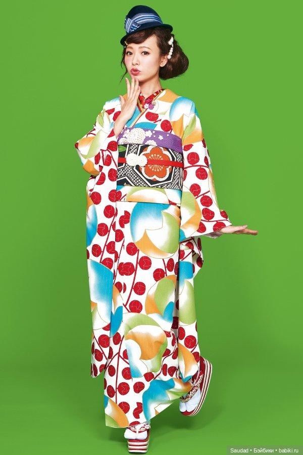 Японская женщина ходит без трусов под кимоно