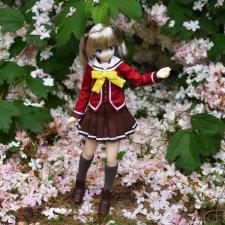 Задумчивая Нао среди цветов