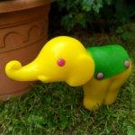 Слоник в попоне кивает головой