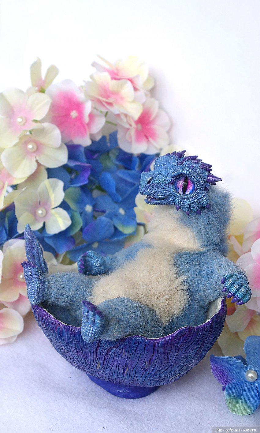авторская игрушка Голубой зимний дракончик в яйце-колыбеле