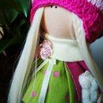 Яркая текстильная кукла