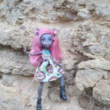 Мышонок на выгуле у крепостных стен