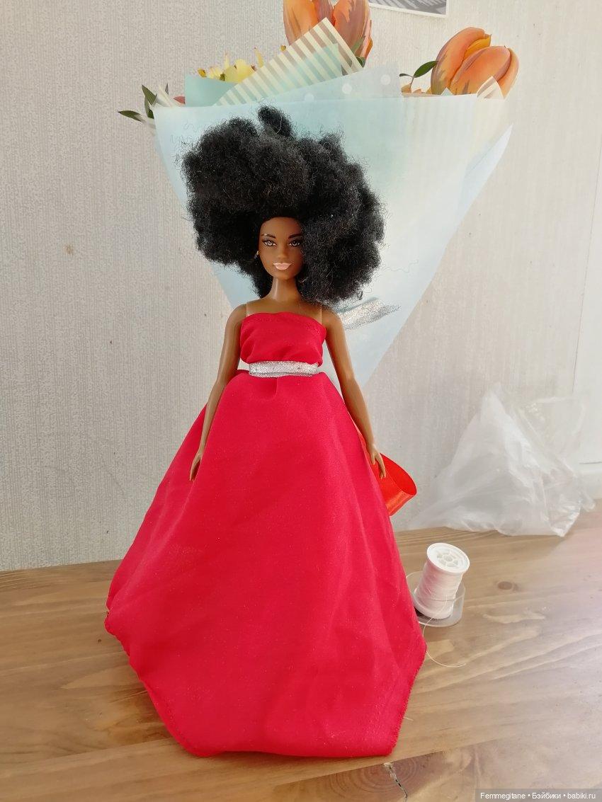 Примерив платья новых подруг, Роза тотчас усадила меня за швейную машинку.