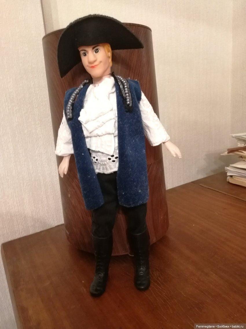 Виктор получил от меня костюм гардемарина
