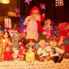 Дед Мороз раздаёт подарки и... спасает королеву