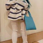Ищу автора комплекта на Барби с белыми джинсами и кофтой в морском стиле