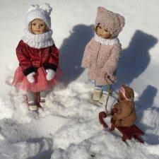 Фарфоровые девочки Марлен и Милли на зимней прогулке . Автор Gabriele Muller