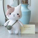 Вязаный коричнево-белый котик с сумочкой
