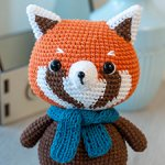 Вязаная красная панда с шарфиком