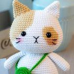 Вязаный бежево-белый котик с сумочкой