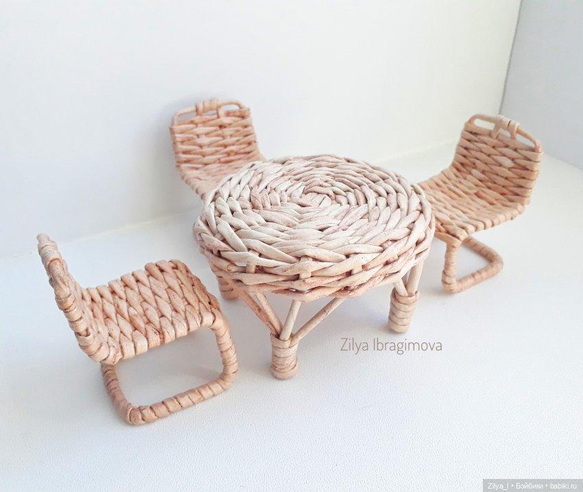 Столик высотой 6-7 см, высота сиденья стула 4 см