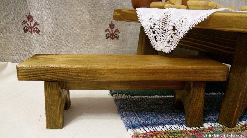 Брюнетка на деревянной лавке